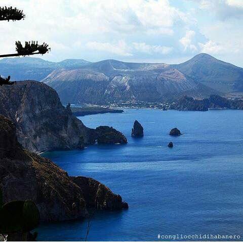 Lipari sullo sfondo l'isola di Vulcano. Sicilia