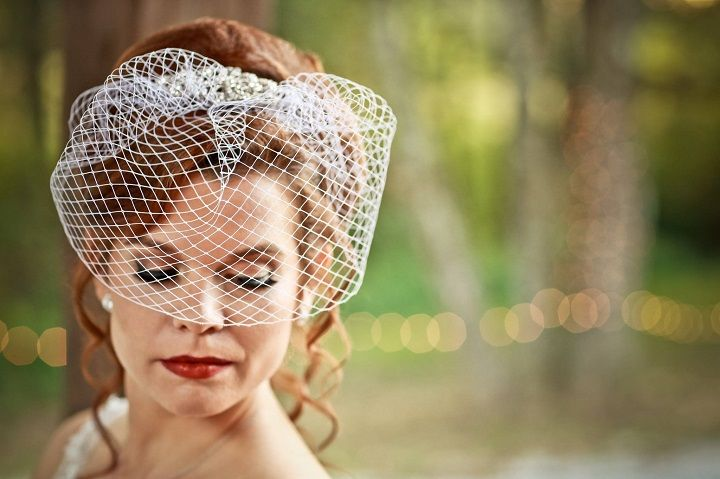 Birdcage bridal veil for Navy Blue and Gray Rustic Literary-themed Wedding with DIY details | fabmood.com #navyblue #navybluewedding #navybluebridesmaiddress #bridesmaiddresses #literarywedding