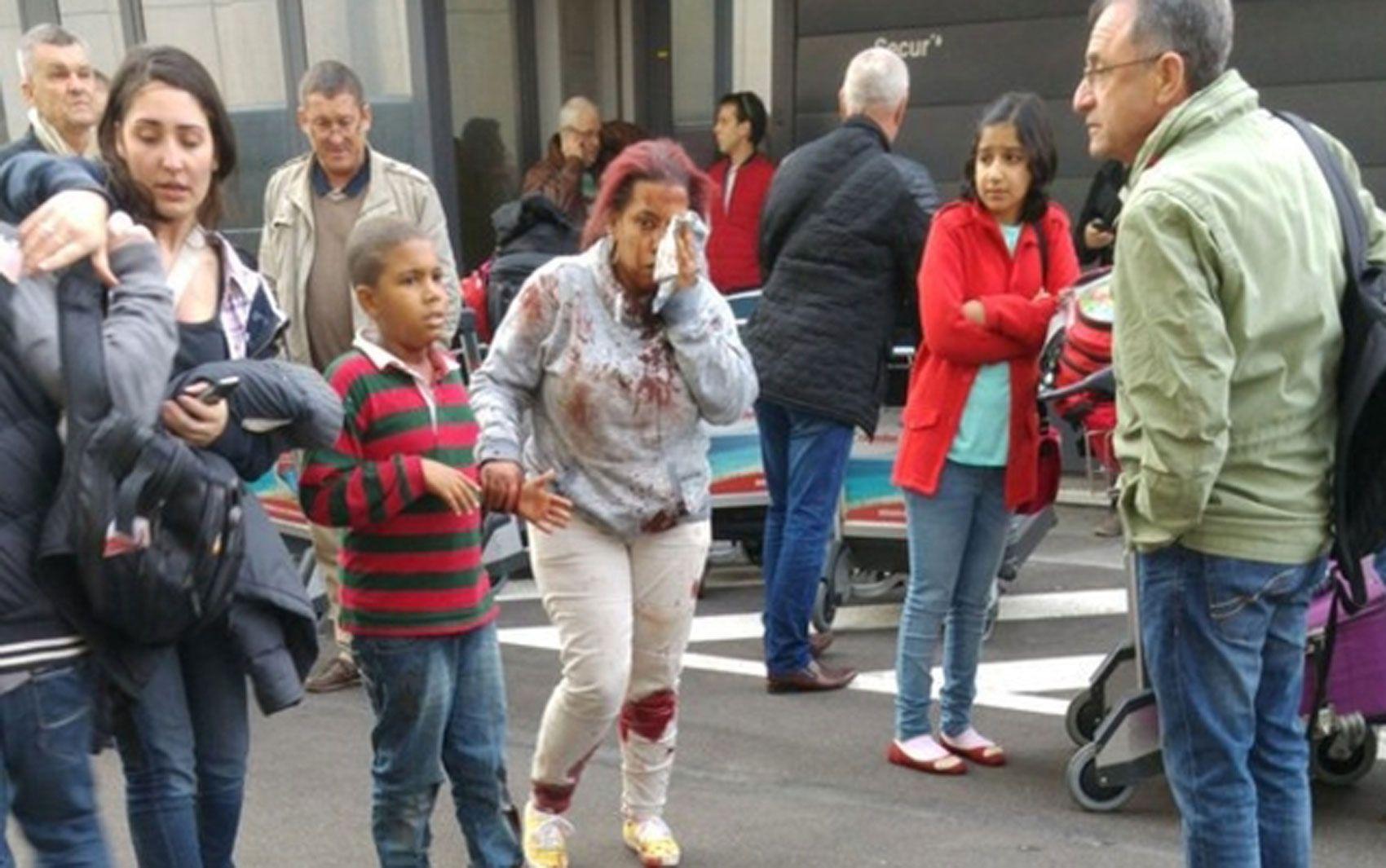 Pessoas feridas deixam local da explosão, no aeroporto de Bruxelas