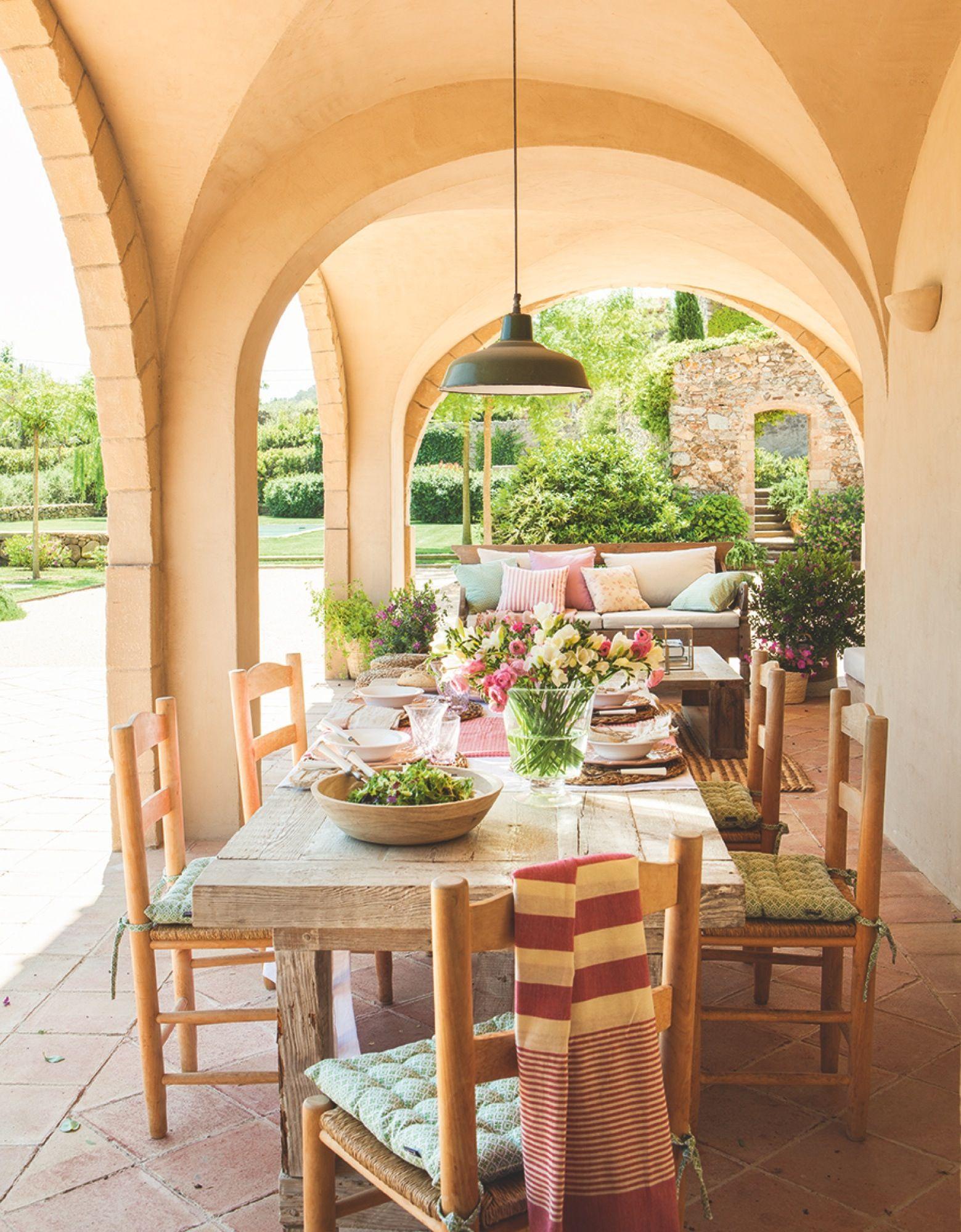 Porche con arcos en una mas a con zona de comedor exterior for Mesa porche