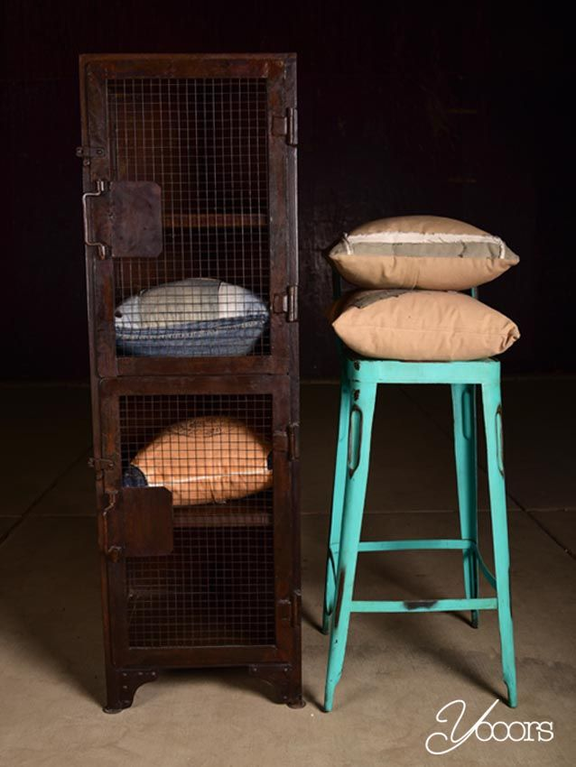 LEGKAST (Y16043) -- Aangeboden door yooors.nl. ---- De metalen legkast heeft 2 deuren voorzien van gaas die afzonderlijk van elkaar open kunnen. Binnenin zijn 4 legplanken. Een super stoere kast voor bijvoorbeeld de kinderkamer!