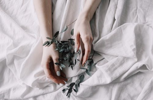 Immagine di aesthetic, hands, and herbs