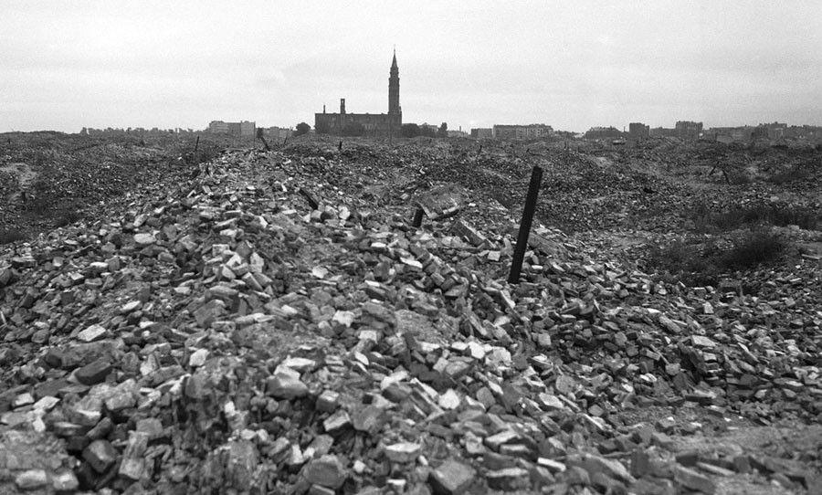 После зачистки гетто Варшавы было разрушено полностью, немцы не оставили от него буквально камня на камне. Так выглядела территория этого района вскоре после войны.jpg