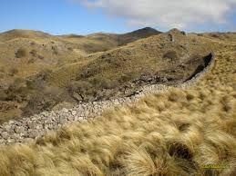 pircas -(Cercos de piedra sin argamasa que todavía se usan en zonas montañosas de mi país, Argentina . Las heredamos de los pobladores originales)