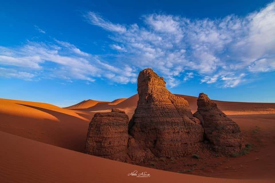 تادرارت الحمراء ايليزي الجزائر Tadrart Rouge Illizi Algeria منطقة تادرارت هي جزء من الحضيرة الوطنية العملاقة لطاسي Monument Valley Natural Landmarks Travel