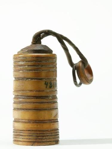 Salt pot, museum item in Finland (item from Siberia) Markku Haverinen 2005 Suola-astia on sarvesta, kansi ja pohja puusta. Kannessa on nahkainen nauha, johon on pujotettu metallinen ja luinen rengas.