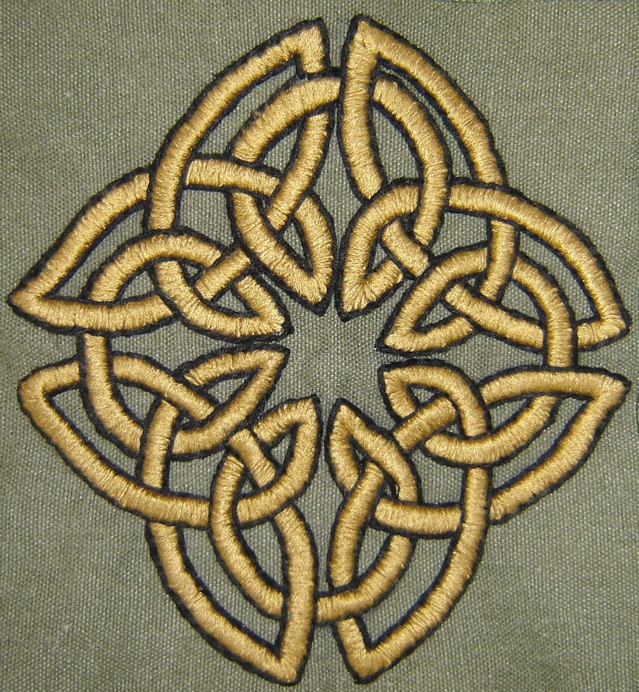 Celtic Eternal Knot embroidery. Beautiful.   Sewing ideas ...