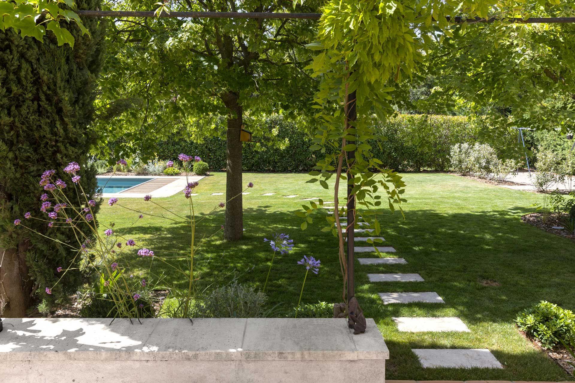 Mettre Piscine Sur Terrain En Pente transformer un jardin monotone en un espace accueillant et