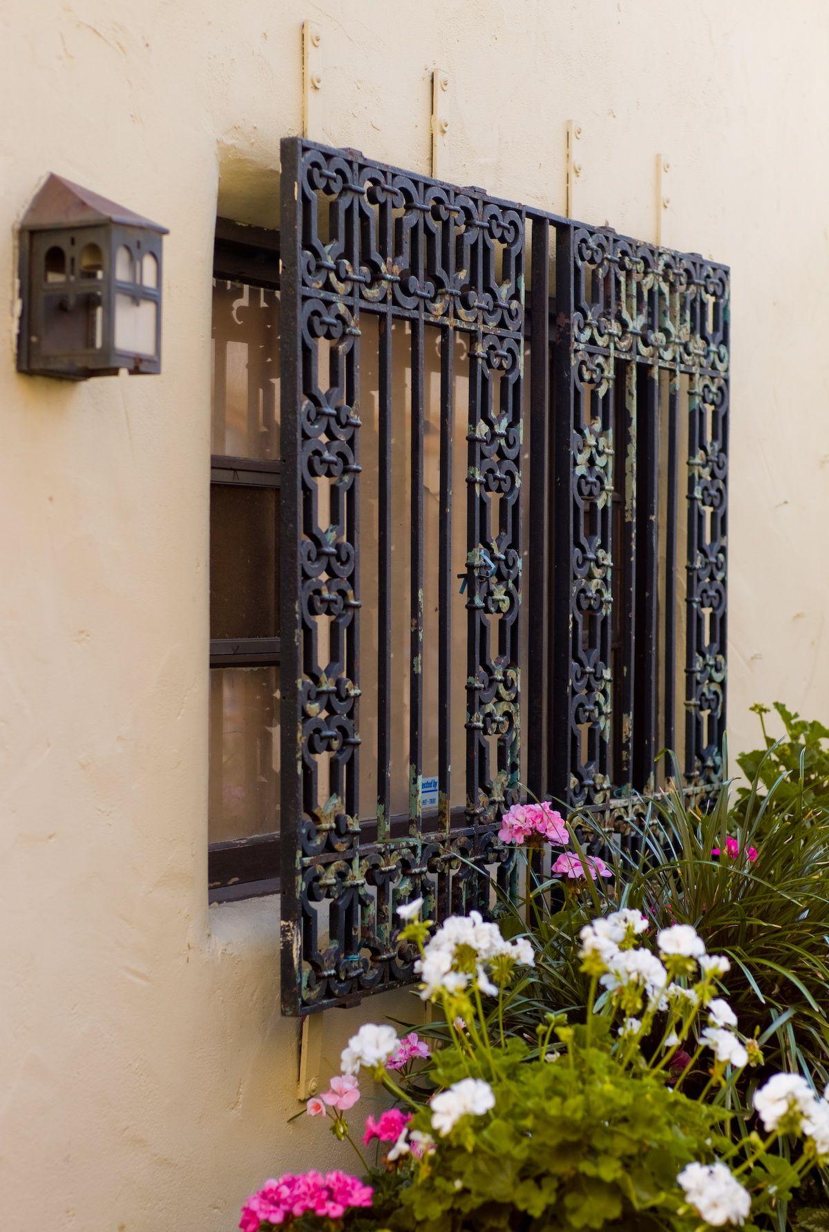 Ramona street fen tre avec grille en fer forg grilles for Design fer forge fenetre