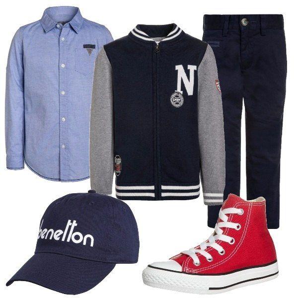 Pantalone blu di cotone, camicia con colletto e bottoni, cardigan blu con zip e collo alla coreana. Per finire sneakers Converse rosse e cappellino con visiera.
