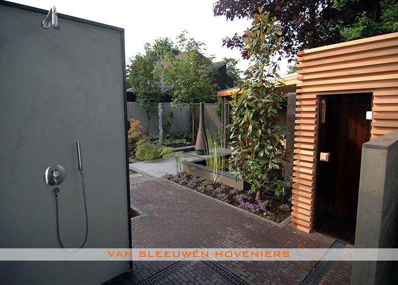 Tuin met sauna en buitendouche ontwerp aanleg door van sleeuwen