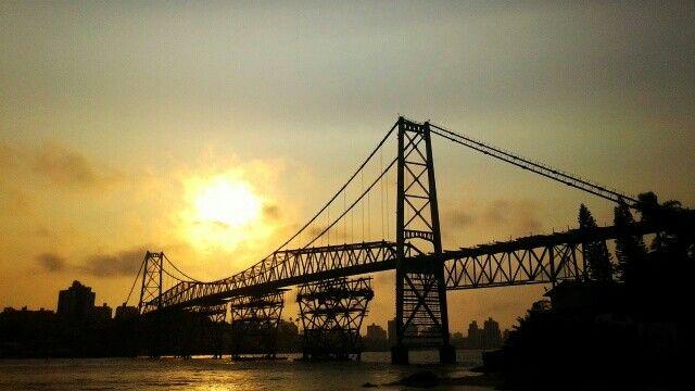 Ataredecer sobre el puente Hercílio Luz
