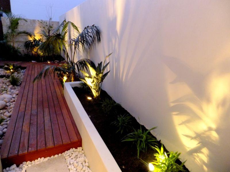Iluminación nocturna en jardín con deck y piedras My beautiful