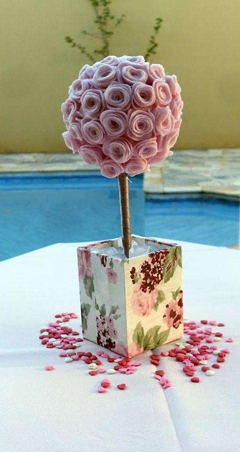 Topiara com Rosas de Feltro Essa decoração foi utilizada na decoração do Chá de Cozinha/Panela da minha prima Marília. http://facebook.com/KfofoDasArtes