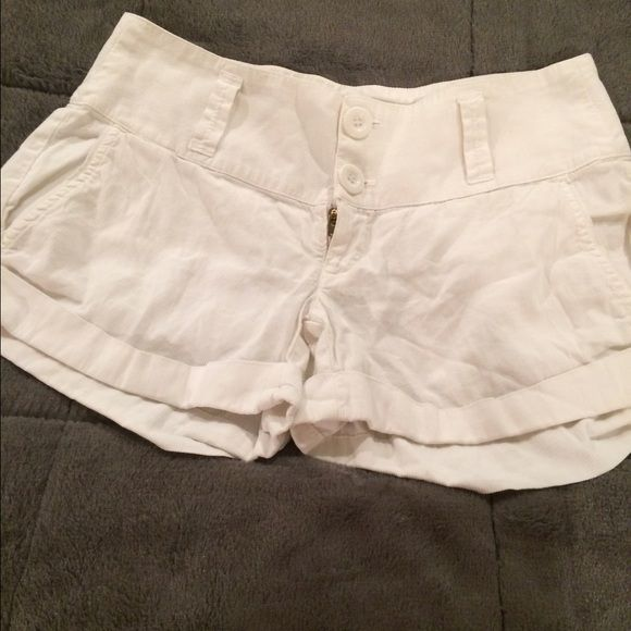 Splendid white cotton shorts Size 2 White cotton shorts by Splendid. In great condition. Size 2. Splendid Shorts