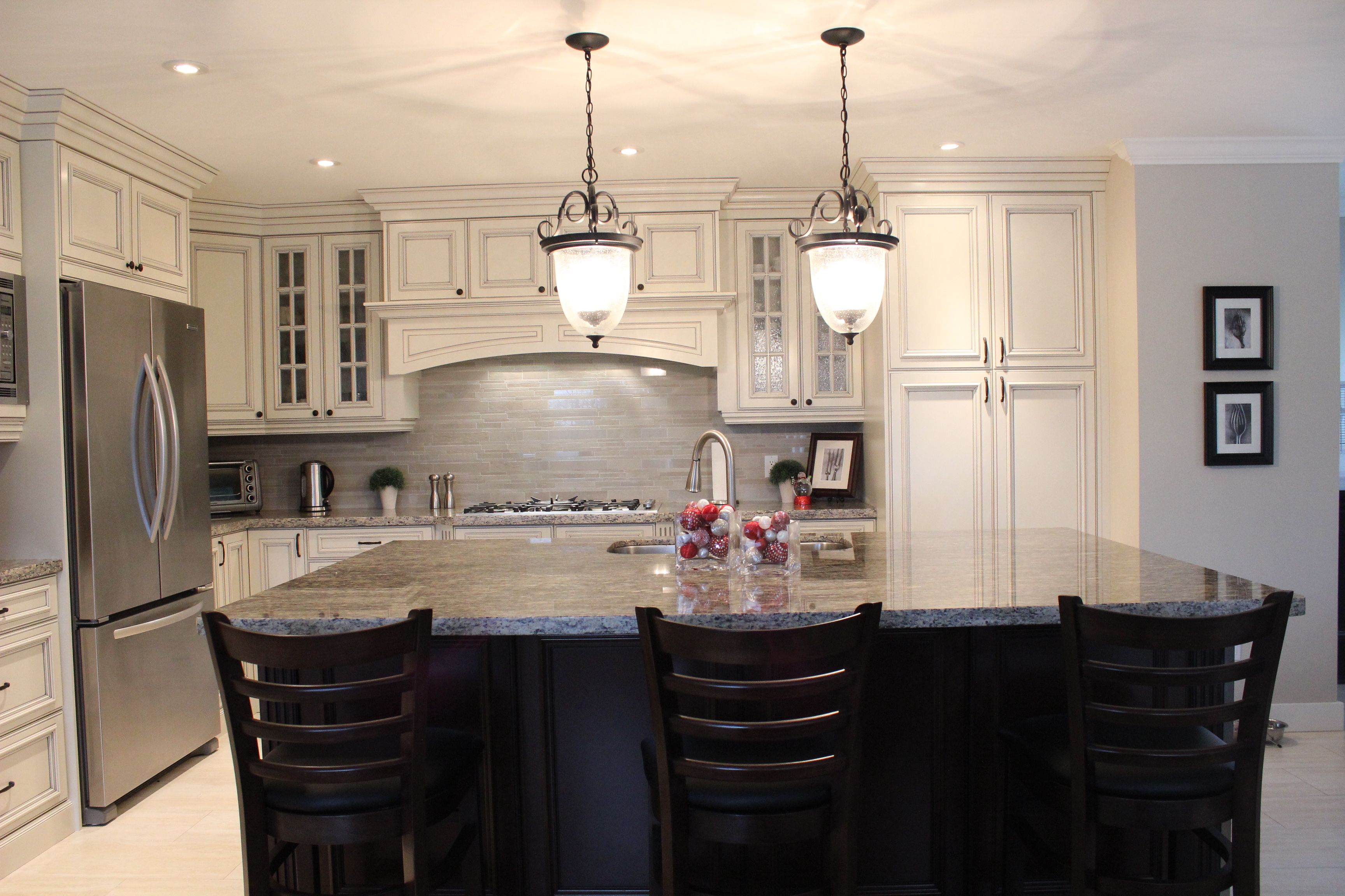 This Kitchen Features Kitchen Craft S Wellington Doorstyle In Maple Seashell With Pewter Gl Kitchen Crafts Kitchen Craft Cabinets Beautiful Kitchen Cabinets