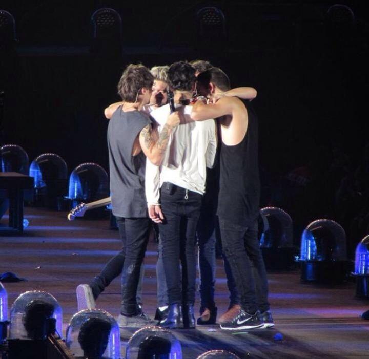 Last Group Hug And Zayn Doesnt Hug Back Sigh One Direction One