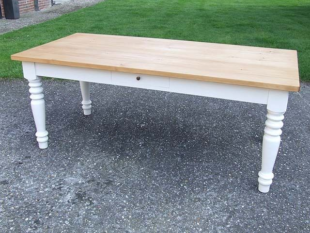 Diy Tisch Mit Kreidefarbe Streichen Tischplatte Mit Der White Wash Methode Lasieren Ich Habe Einen Alten Eic Diy Mobel Tisch Diy Tisch Mobel Weiss Streichen
