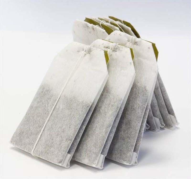 placer un sachet de thé dans un sac à linge ou à chaussure pour