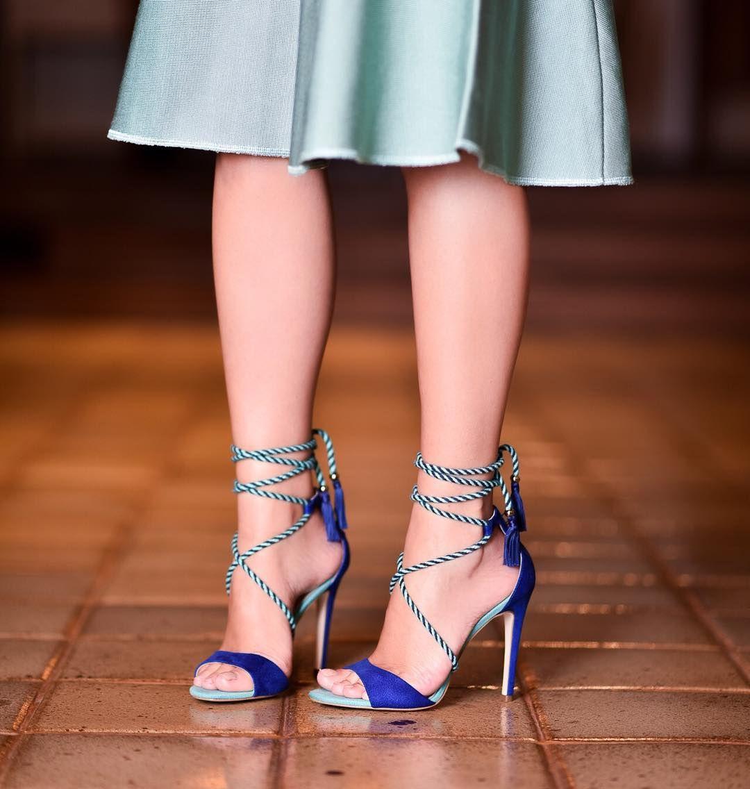 De volta a programação normal MAS ainda nos tons de azul né!? | MUITO amor por essa sandália do verão da @cecconello_ a combinação de cores e DEUSA né!? #details #sotd thassiastyle #cecconelo by thassianaves