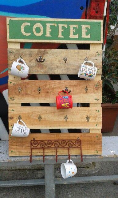 Otiginal colgador de tazas hecho con madera de palets - Ideas con palets de madera ...
