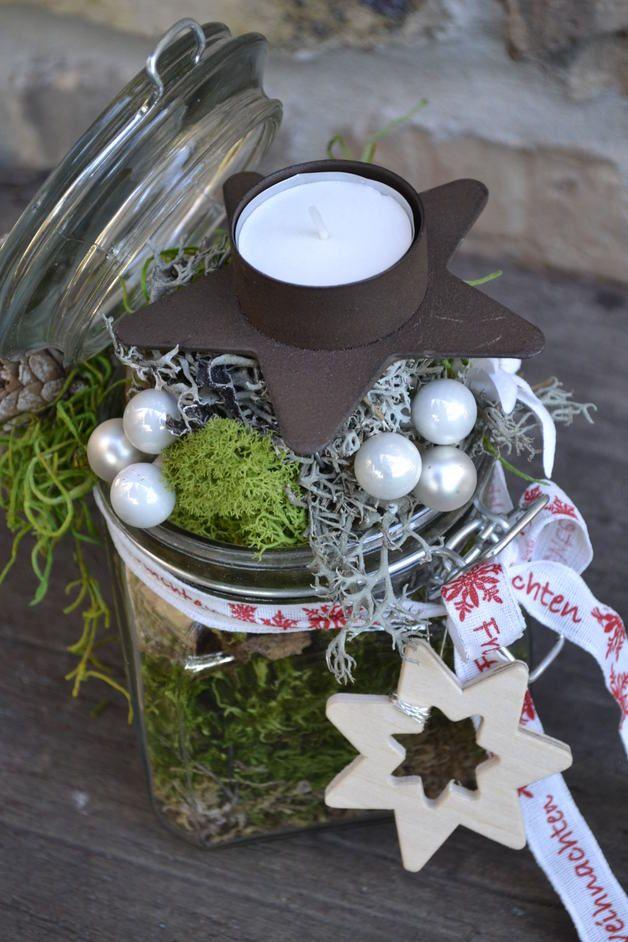 Ein Bügelglas für den Advent zurechtgemacht.Verschiedene Moose,Kugeln,Haselnüsse,Zapfen,Edelweissblüte,Holzstern und Weihnachtsdekoband sowie ein Metallkerzenhalter mit Teelicht haben dazu... #weihnachtsdekoglas