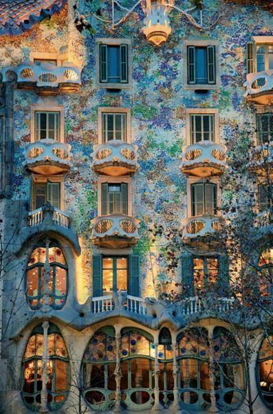 Barcelona Casa Battló De Façade Van Casa Battló Is Een Prachtige En Indrukwekkende Creatie Van Gaudí Gaudi Barcelona Gaudi Amazing Architecture