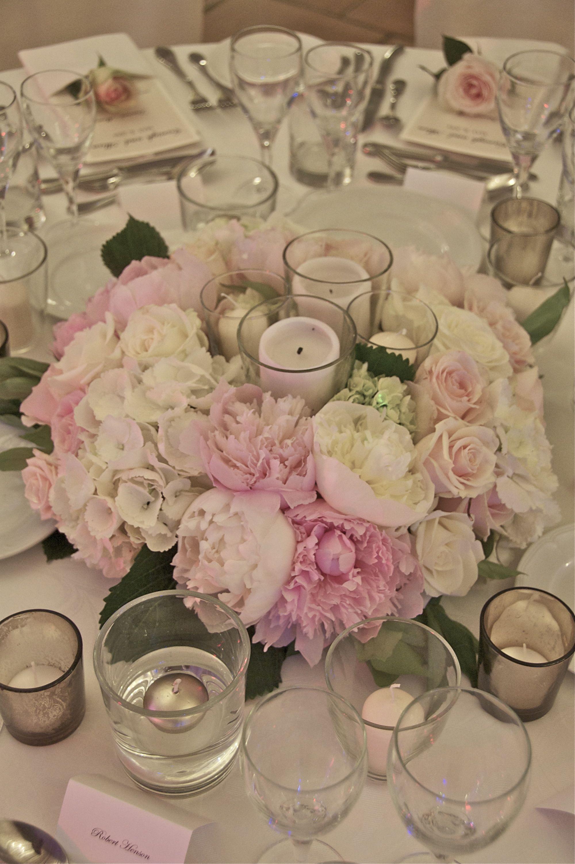 Centre De Table Compose De Roses Pivoines Hortensia Et Bougies Center Piec Table Mariage Rose Et Blanc Centre De Table Fleurs Decoration Table Ronde Mariage