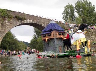 Una de las embarcaciones participantes en el Descenso Folklórico del Nalón.
