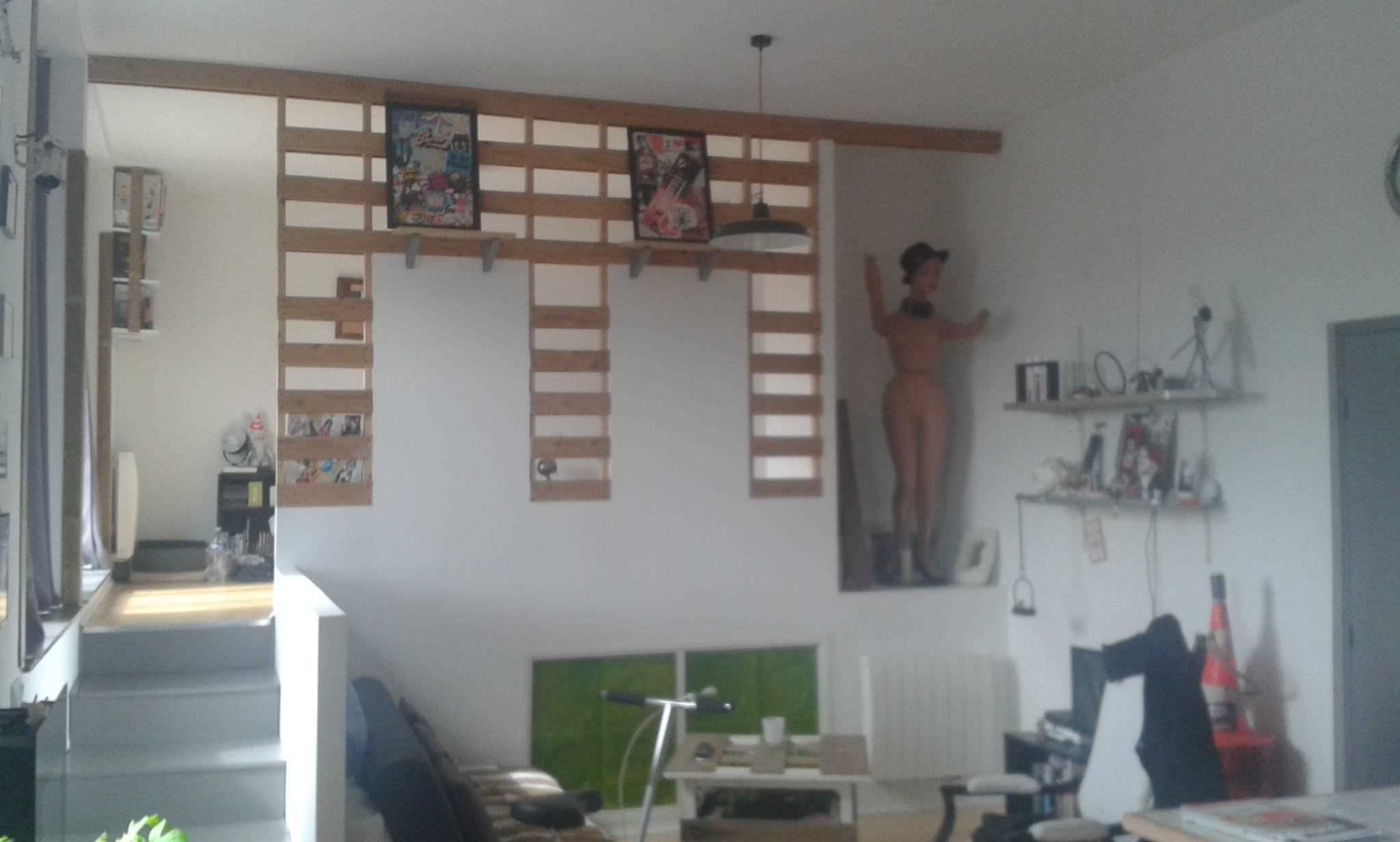 Original  Cloison En Palettes Recyclées / Pallet Wall Divider  #homedécor #livingroom #palletwall #recyclingwoodpallets Wall divider between the living room and bedroom made with recycled planks of wooden pallets.   Cloison de séparation entre le salon et la chambre...
