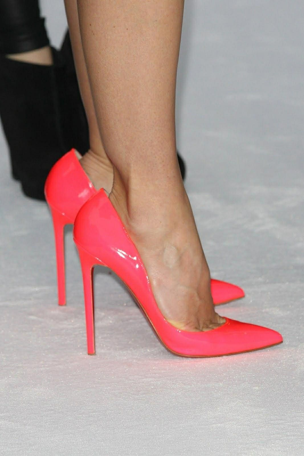 573e7ecbedc4 Jessica Biel  orange pumps and toe cleavage  ChristianLouboutin ...
