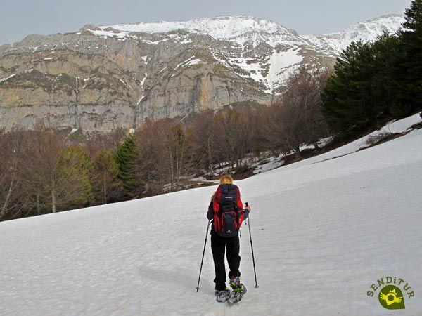 El Circuito de Raquetas de Nieve de Gabardito se encuentra en pleno Valle de Hecho, a las puertas del impresionante desfiladero de la Boca del Infierno, antesala del paraíso natural que es la Selva de Oza.