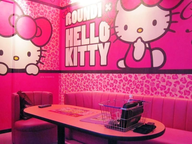Wallpaper Dinding Ruang Tamu Hello Kitty
