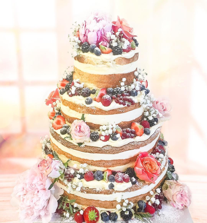 4439b6264ca8 Dagens bröllopstårta Lycka till! Naked cake med vanilj passionsfrukt och färska  bär. #nakedcake #bröllop #sockermajas #öckerö #hästevik #torslanda # ...