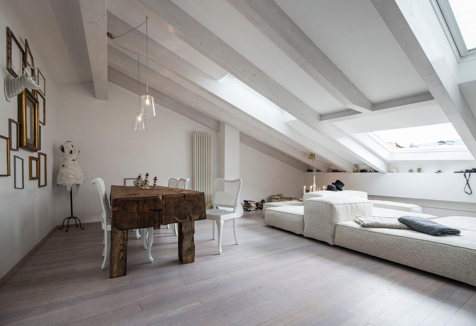 Soffitti In Legno Bianchi : Abbinare bianco e legno in vivere la mansarda attic rooms