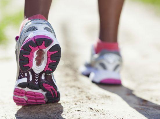 Die richtigen Laufschuhe finden: Der Kauf von Laufschuhen sollte nicht übers Bein gebrochen werden. Vielmehr sollte sich der Sportler mit seinen Füßen auseinandersetzen und sich Hilfe von einem Profi holen. Wir geben Ihnen nützliche Tipps, die dabei helfen, die richtigen Laufschuhe für jedes Bedürfnis zu finden.