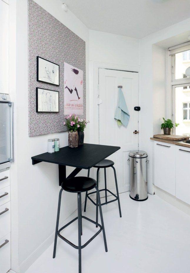 ideas para cocinas pequeñas:una mesa abatible y dos taburetes, un ...