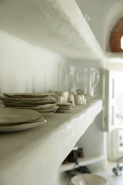 etageres dans la cuisine et vaisselles tout simples Kitchen to - cuisine dans veranda photo