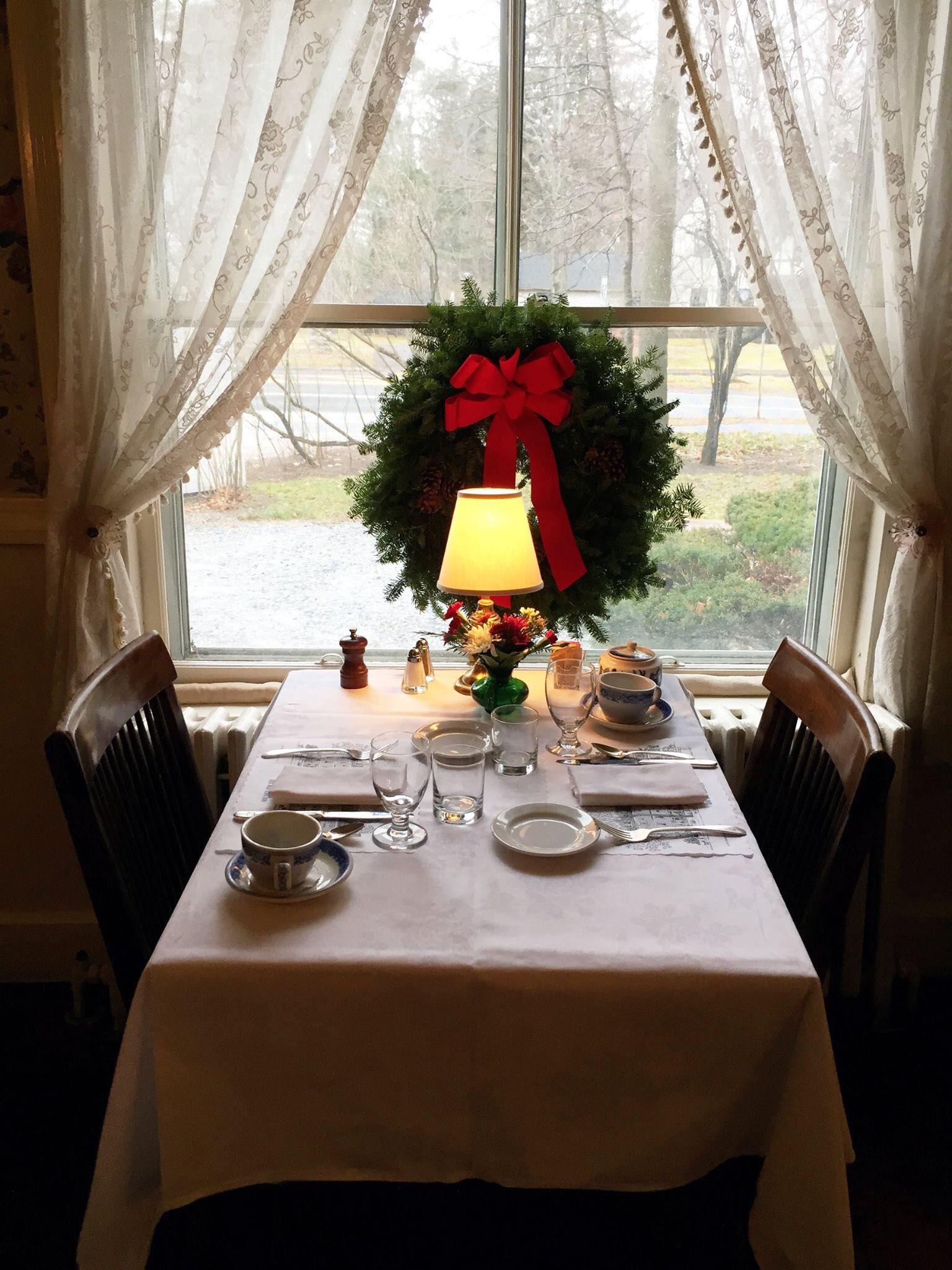 Breakfast During The Christmas Season At The Red Lion Inn Stockbridge Ma Red Lion Inn Holiday Hotel Country Inn