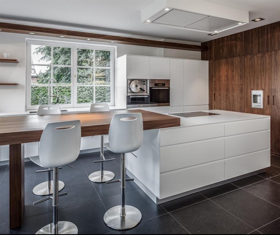 Cuisine avec chaises de bar blanches et pieds chrom s home d co pinterest cuisine - Cuisines blanches design ...