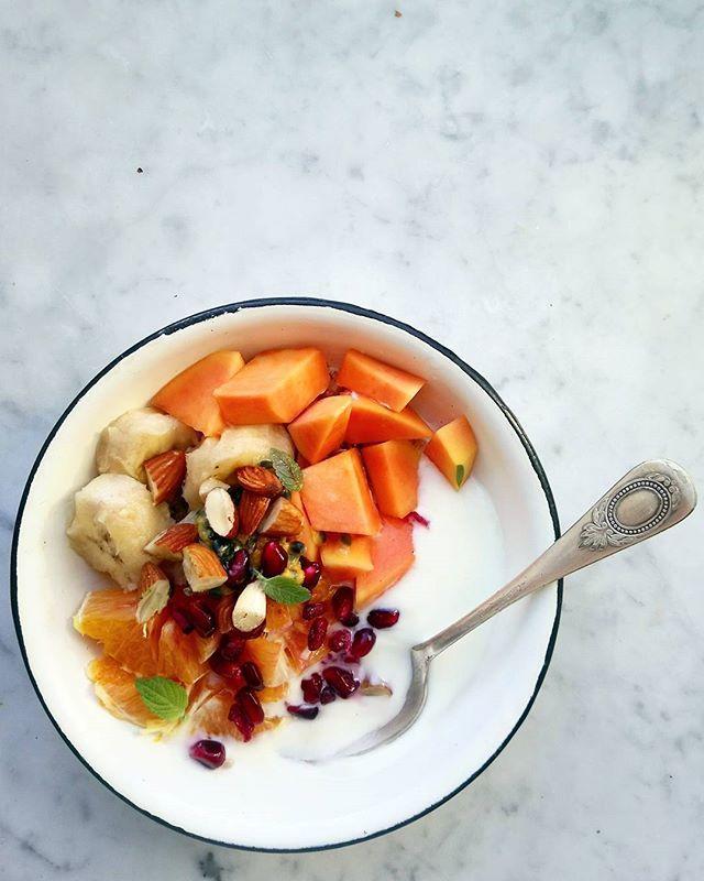 There's summer somewhere.... . . Gdzieś jest lato  . . #fruit #papaya #pomergranate #granat #owoce #jogurt #bananas #almonds #eatwell #eatwithyoureyes #delicious #food52 #f52 #food52gram #gloobyfood#instafood #zdrowejedzenie #zdrowo #papaja #yoghurt #breakfast #dziendobry #dzieńdobry #picoftheday#what's for breakfast #feedfeed #huffposttaste