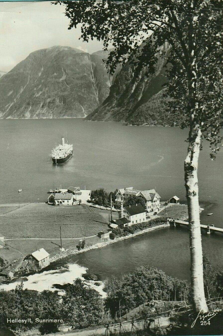 Møre og Romsdal fylke Stranda kommune Hellesylt utsikt mot kaia og fjorden 1950-tallet Utg Harstad