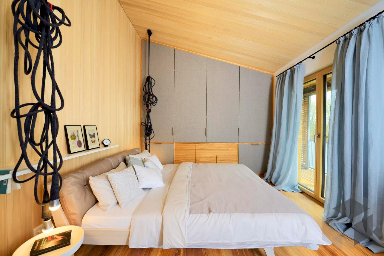 Modernes Schlafzimmer mit ausgefallenen Lampen, Einrichtung ...
