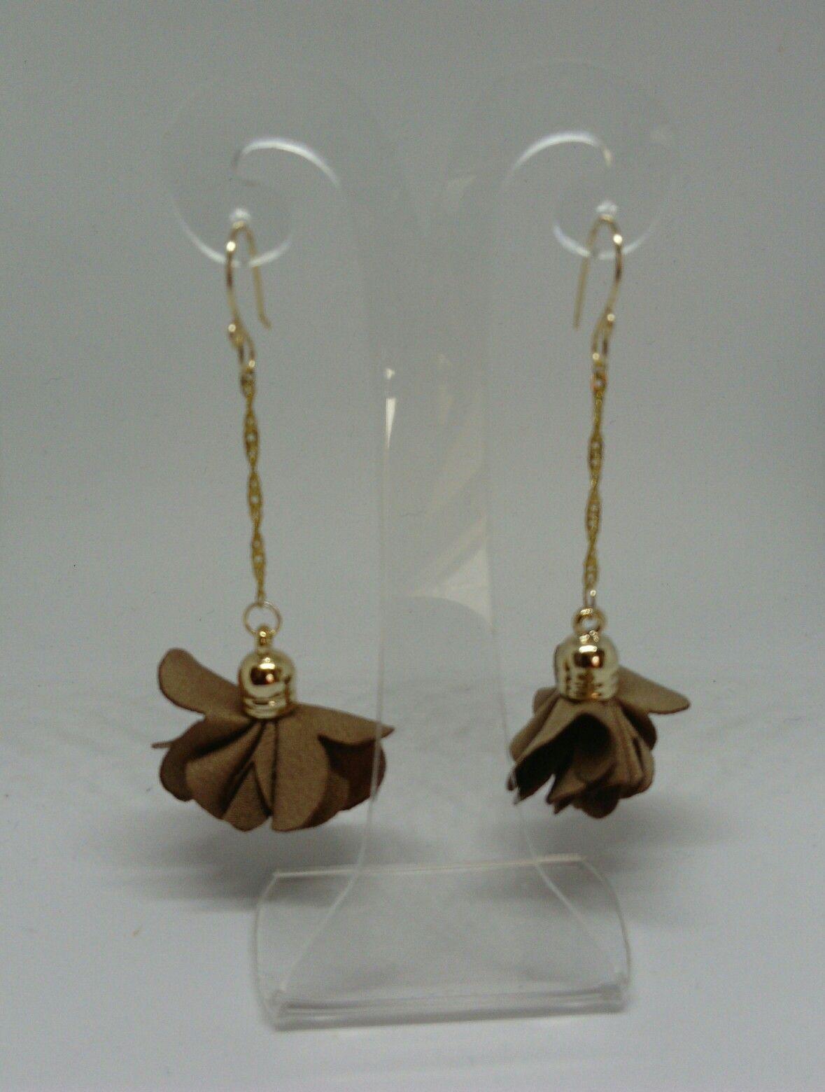 ddab7effc8fd Aretes de flores de tela con cadenas  vettaaccesories  handmade  hechoamano   mexico  mujer  belleza  moda  aretesartesanales