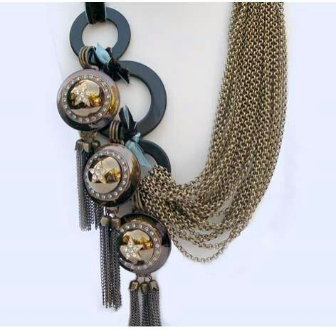 I wish I had this....I love big necklaces!
