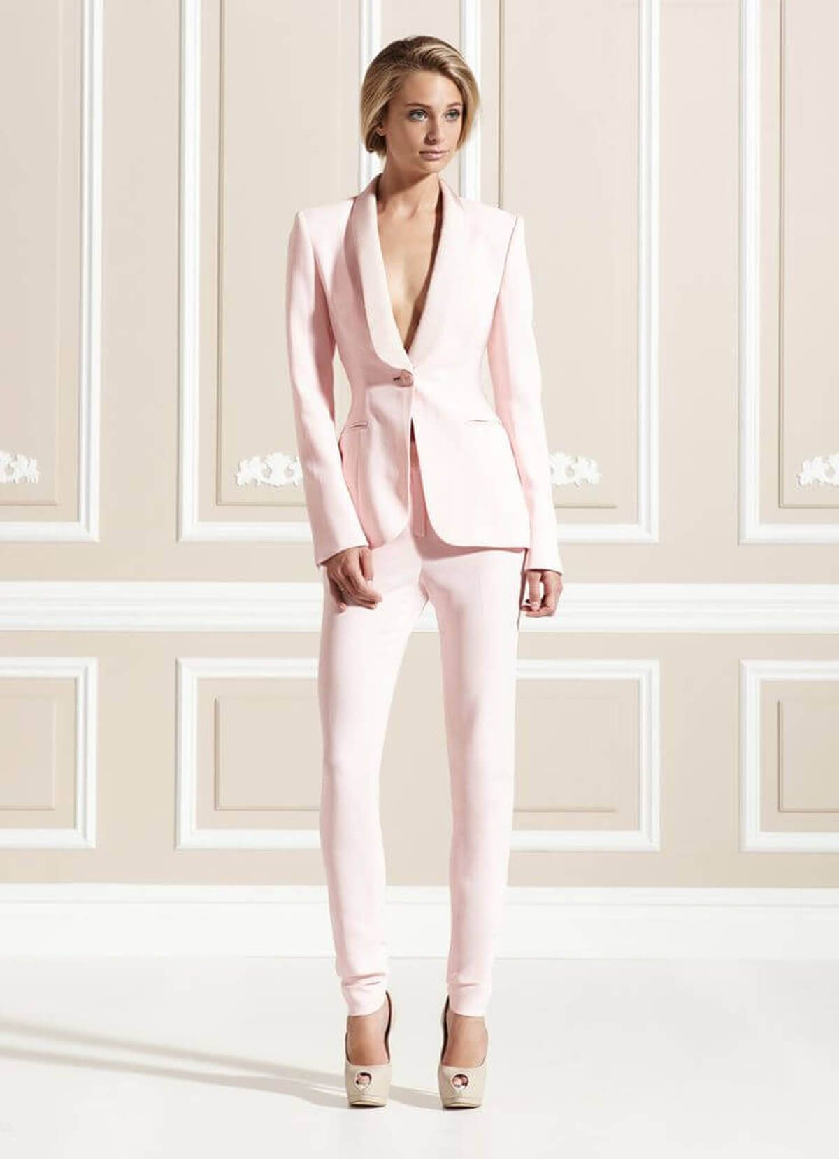 66f636911f75f8 40 Dames smoking gemaakt in zacht roze   Aws   Suits, Pink suit, Dresses
