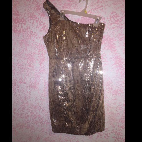 Sparkly Gold one shoulder dress F21 Perfect for ringing in the new year or a party, this dress is super comfy and looks incredible. It's got sparkles all over and a zipper on the side. Nothing wrong with the dress. Forever 21 Dresses One Shoulder