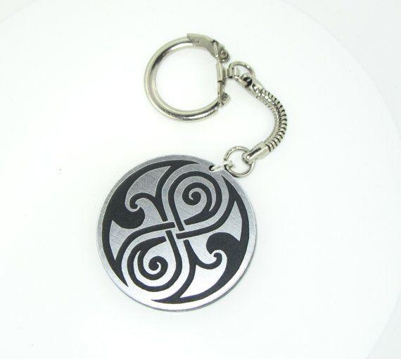 Der Gallifrey -Symbol Schlüsselanhänger ist erhältlich in SIlber, Gold oder weiß.    Durchmesser: 4 cm Material: Acryl, lasergraviert, nickelfrei
