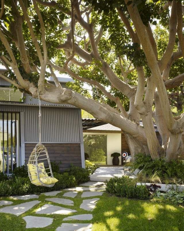 Idee Baum Vorgartengestaltung Schaukelsessel Holz Gehweg ... Schaukel Im Garten Rattan Holz