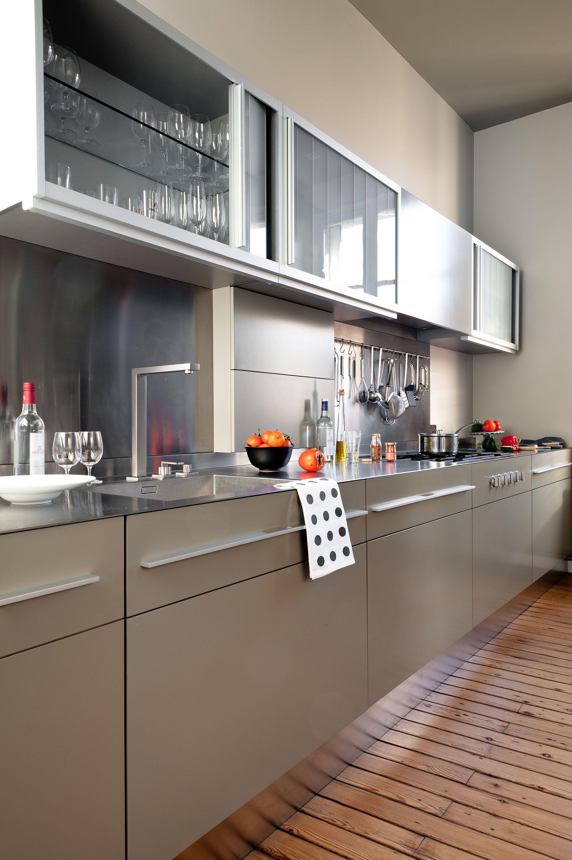 Cuisine taupe et design réaménagée dans appartement haussmannien à